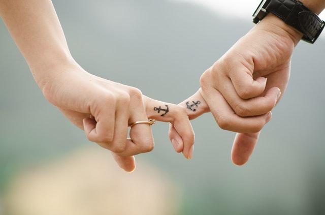 coppia mano nella mano