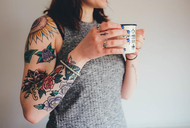 tatuaggio colorato braccio