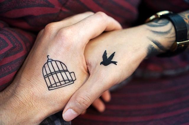 tatuaggio mano per coppia
